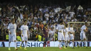 Alves observa cómo los jugadores del Madrid vuelven a su campo tras el primer gol.
