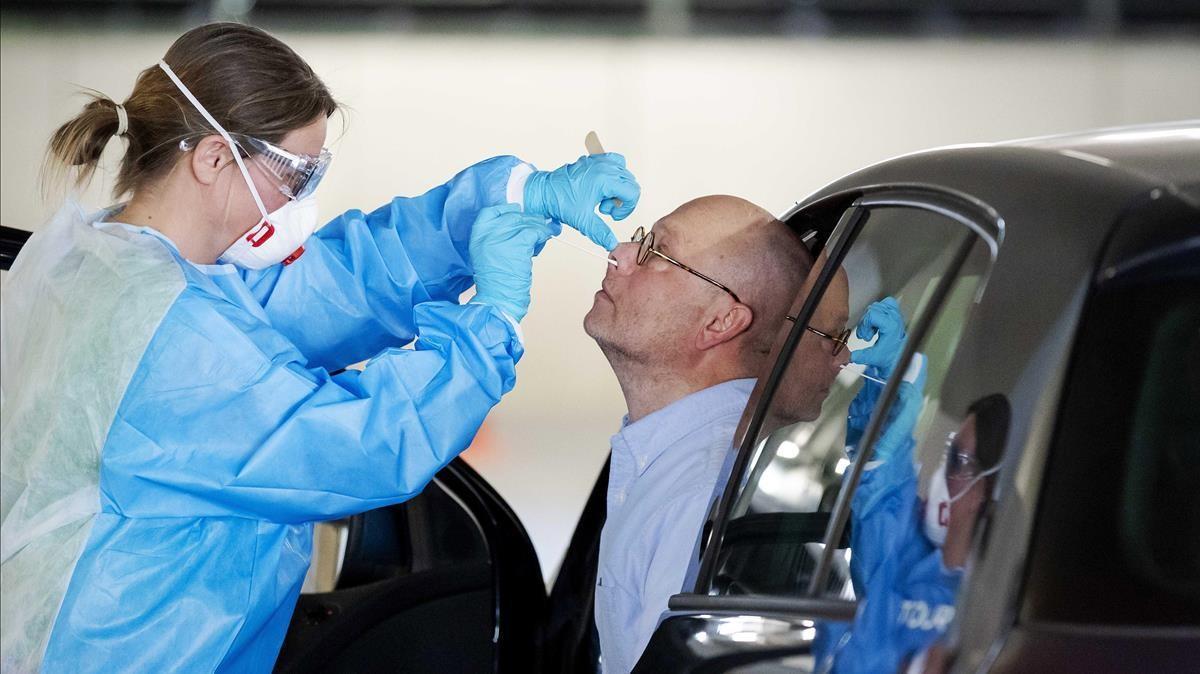 Una sanitaria extrae muestras de un conductor para realizarle la prueba de covid en Rotterdam, el pasado día 6.