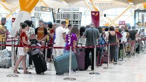 Colas en los mostradores de facturación del aeropuerto de Madrid-Barajas.