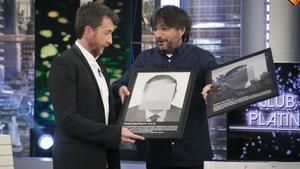 Jordi Évole regala dos obras de Santiago Sierra, de ARCO, en 'El hormigero' (A-3TV).