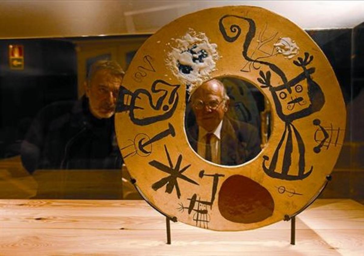 Frederic Amat (izquierda) y el hijo del artista, Joan Artigas, contemplan una obra hecha junto a Joan Miró.