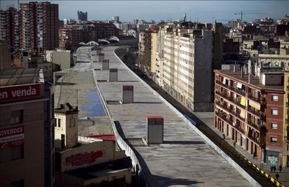 El cajón de Sants en el año 2013, antes del inicio de los trabajos de urbanización de la cubierta.
