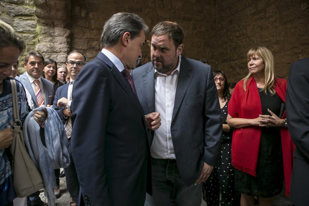 Artur Mas y Oriol Junqueras hablan durante un acto del Tricentenario, el domingo en Cardona.