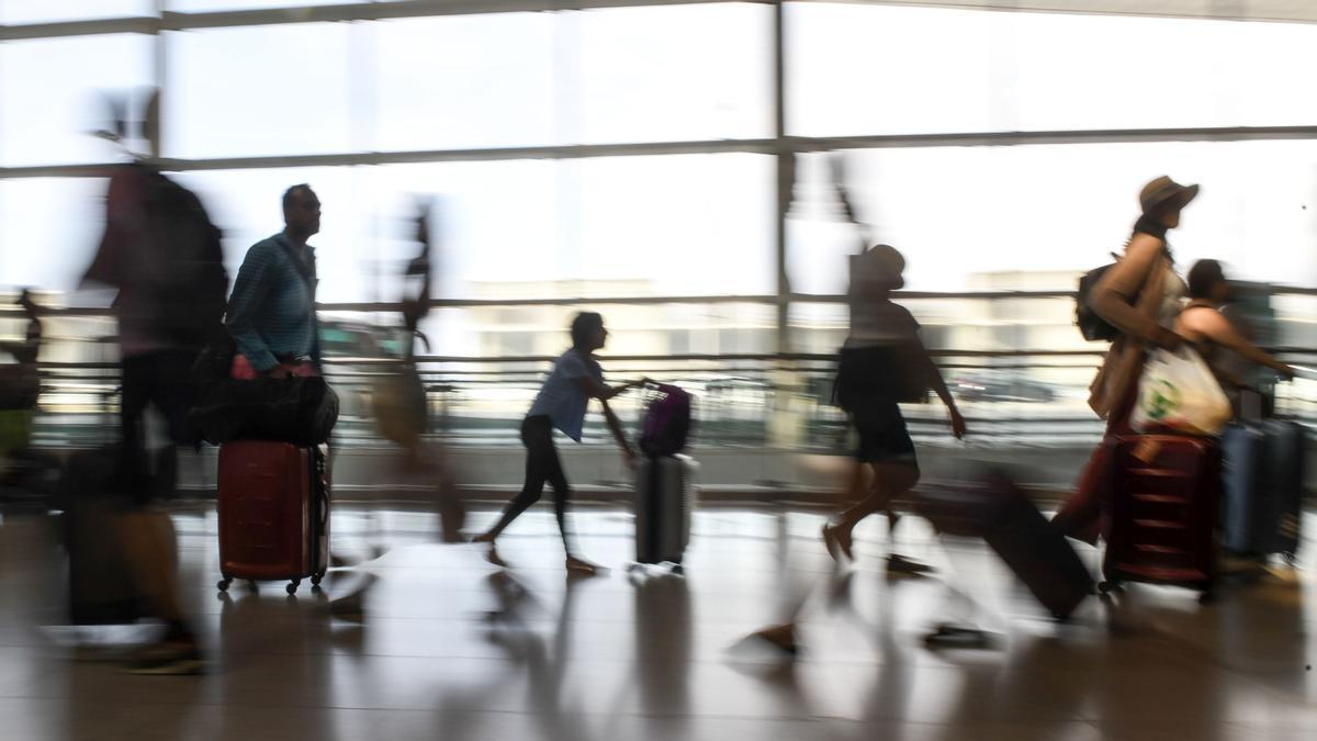 Pasajeros en la terminal de salidas del aeropuerto de El Prat