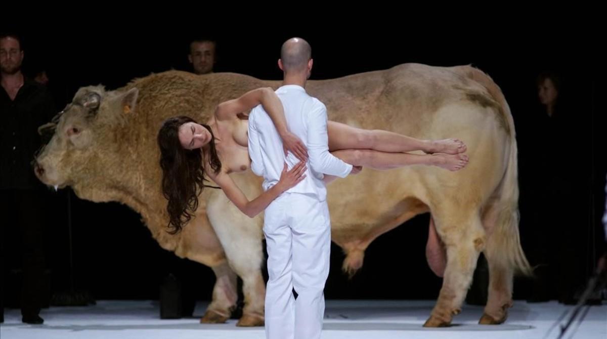 Una imagen del segundo acto de la ópera 'Moses und Aron', de Arnold Schönberg, representada en el Teatro Real con una puesta en escea de Romeo Castellucci.