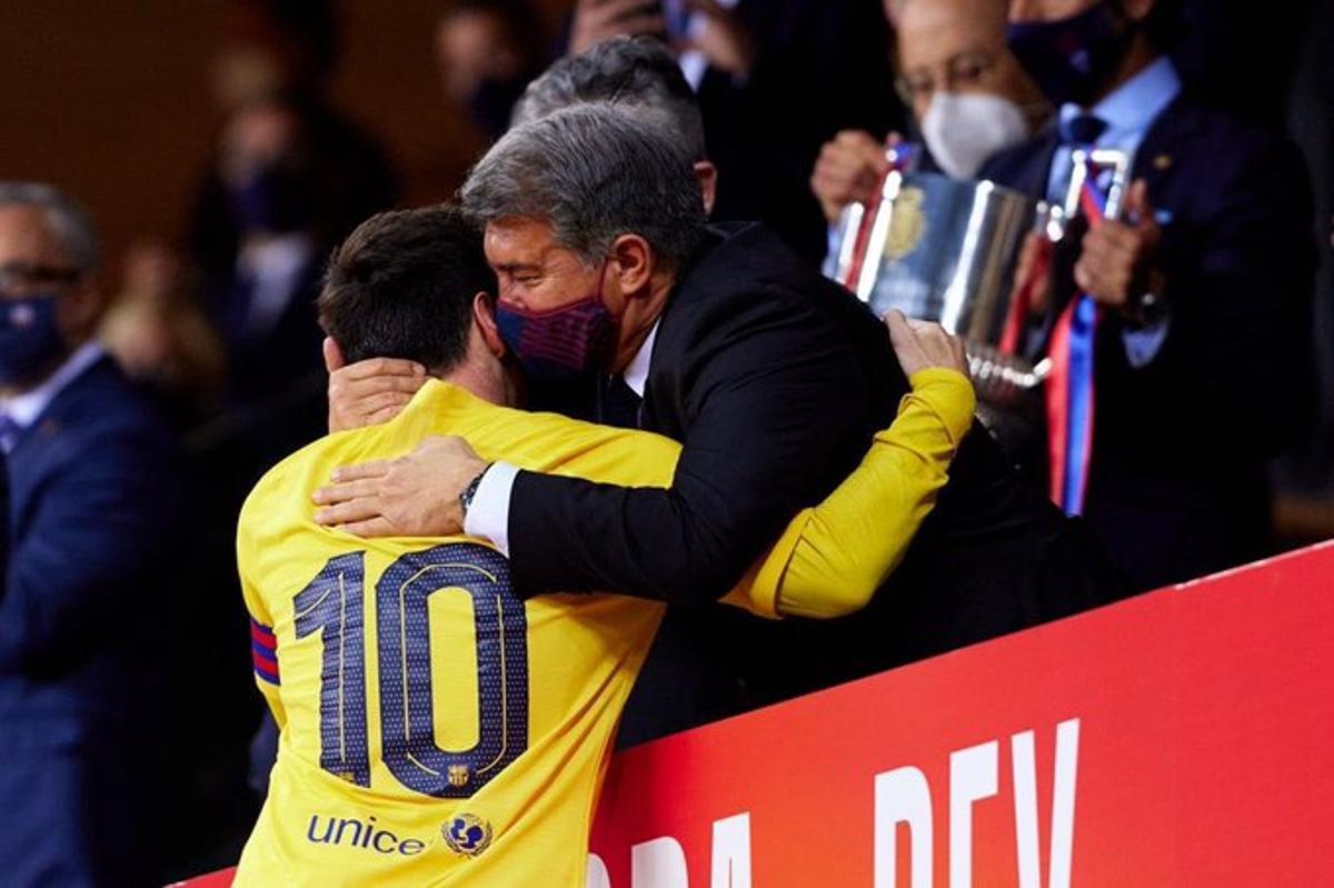 Laporta abraza a Messi antes de recoger la Copa del Rey en Sevilla.