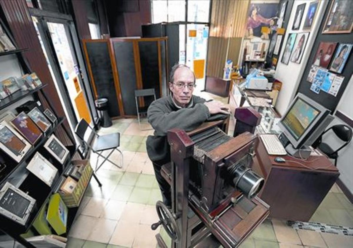 El fotógrafo 8 Francesc Tàpia, ayer, en el antiguo establecimiento del barrio de Sants.