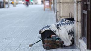 Barcelona treballa un protocol amb hospitals per evitar la tornada al carrer dels sensellar
