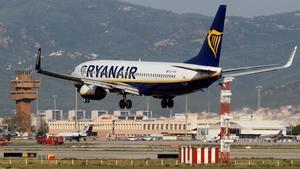 GRAF4437. EL PRAT DE LLOBREGAT (BARCELONA), 01/09/2019.- Un avión de la compañía Ryanair aterriza en el Aeropuerto de Barcelona durante la huelga de los tripulantes de cabina de pasajeros (TCP),que representados por los sindicatos Sictpla y USO, secundan la primera de las diez jornadas de huelga convocadas en septiembre contra el cierre de cuatro bases en España. EFE/Quique Garcia