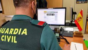 Un agente de la Guardia Civil trabaja en su ordenador.