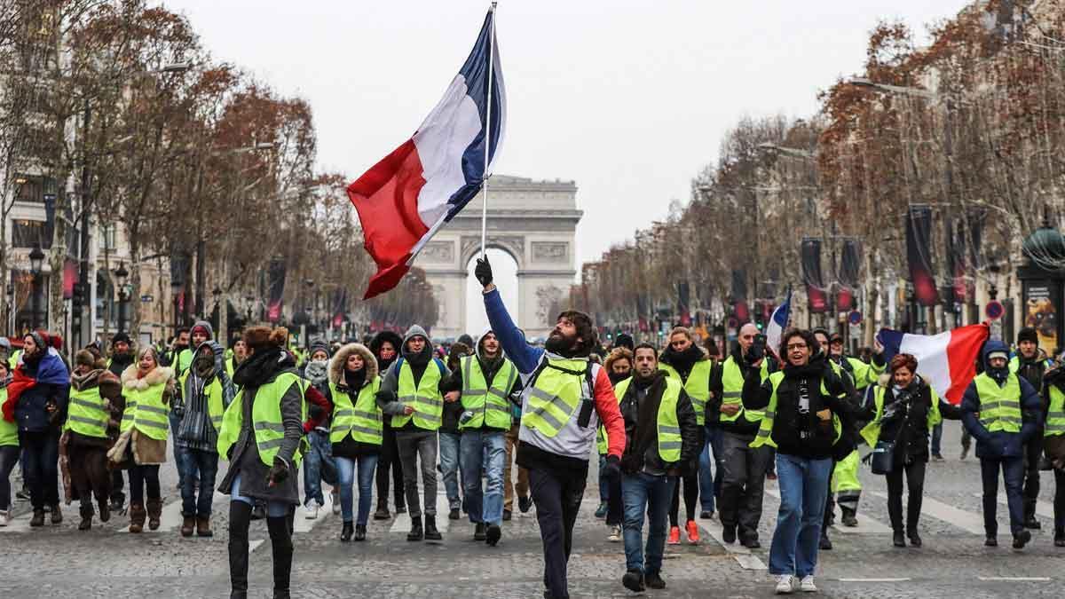 Los 'chalecos amarillos' vuelven a salir a las calles de París.