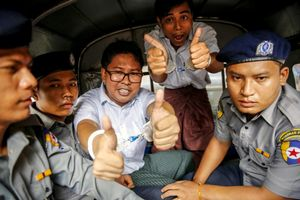 RANGUNBIRMANIALos reporteros birmanos de la agencia Reuters Wa Loneiy Kyaw Soe Oo posan antes de abandonar el tribunal del distrito de Insein luego que la Justicia birmana los condenó a siete anos de prision acusados de vulnerar la Ley de Secretos Oficiales.