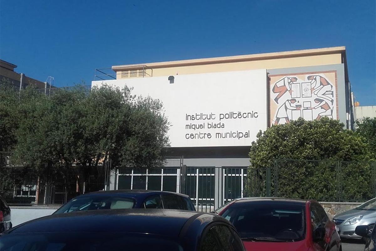 Fachada del Institut municipal politécnico Miquel Biada, en el barrio de Cerdanyola de Mataró.