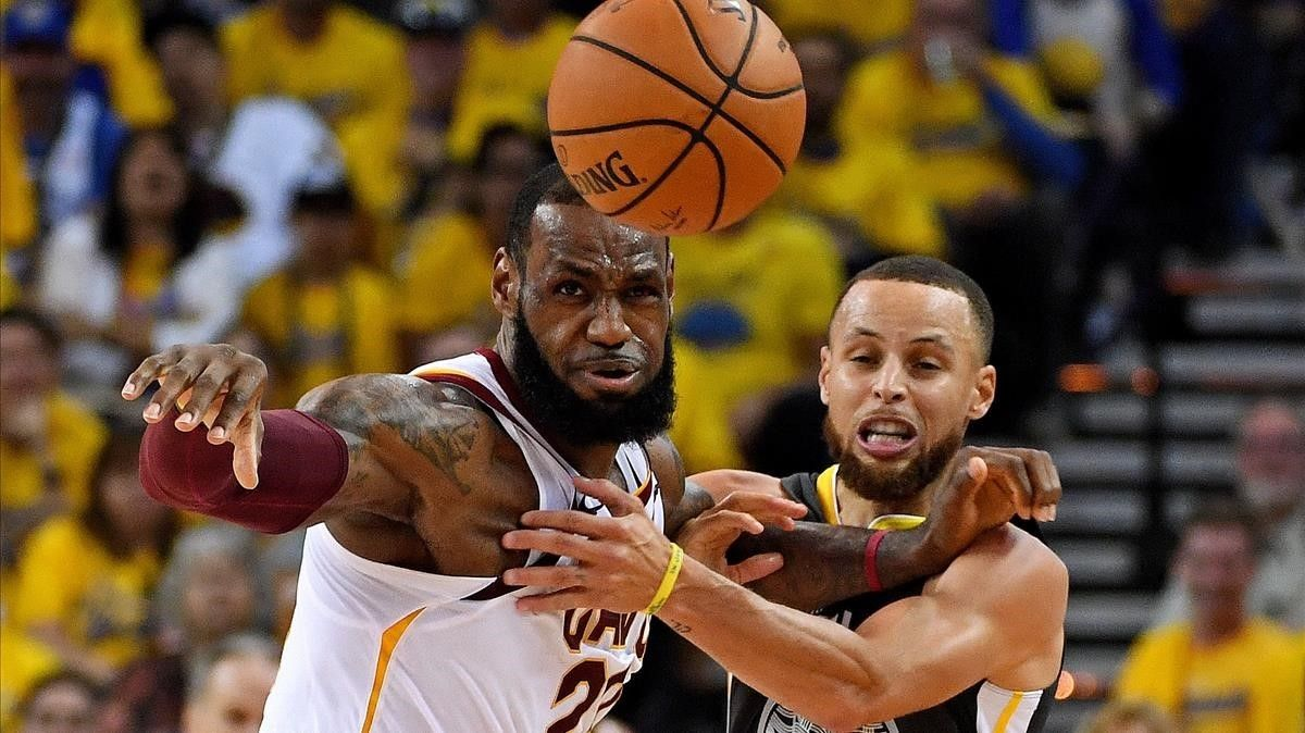 Stephen Curry, de los Golden State Warriors, en una jugada con LeBron James, de los Cleveland Cavaliers.