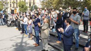 Partidos y entidades soberanistas conmemoran el 1-O en Barcelona, frente al Instituto Pau Claris.