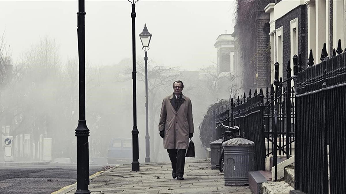 Una imagen de la película 'El topo' con Gary Oldman, pura atmósfera guerra fría.