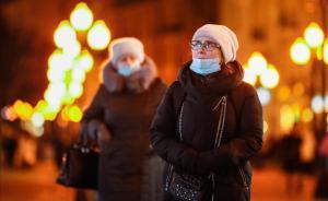 Mujeres portan las mascarillas para protegerse del contagio de covid-19, en Moscú.