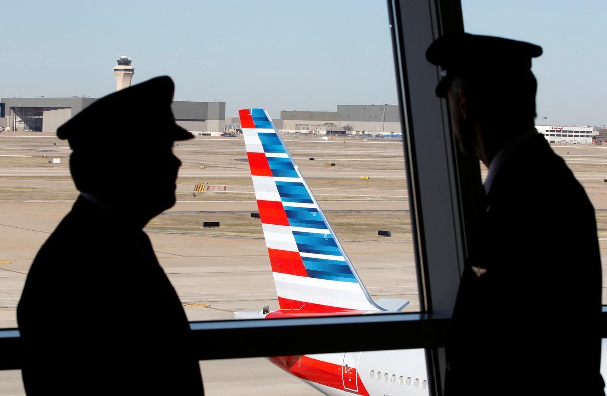 Dos pilotos hablan antes de la salida de un vuelo de American Airlines.