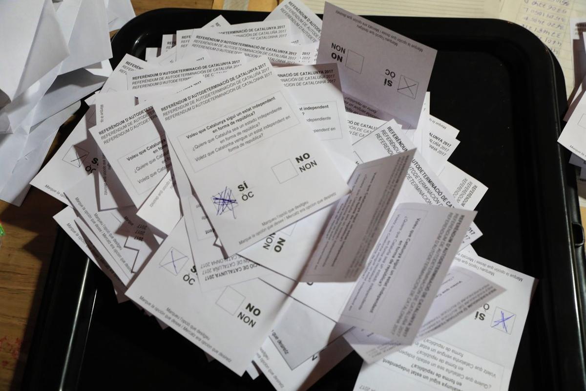 Recuento de papeletas del referéndum del 1-O en un colegio electoral.