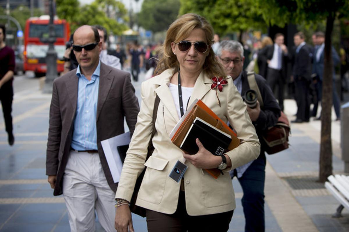 La infanta Cristina, el pasado 7 de mayo, en la Diagonal, tras salir de su trabajo en La Caixa.