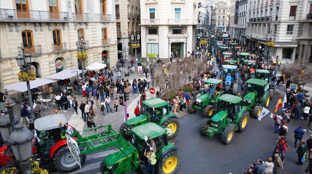 Manifestantes con tractores por el centro de Granada, esta tarde.