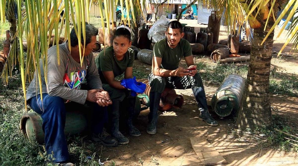 Guerrilleros de las FARC descansan de suslabores.
