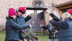 Jesulín de Ubrique y Chenoa disfrutando una calçotada en la última entrega de 'Dos parejas y un destino'