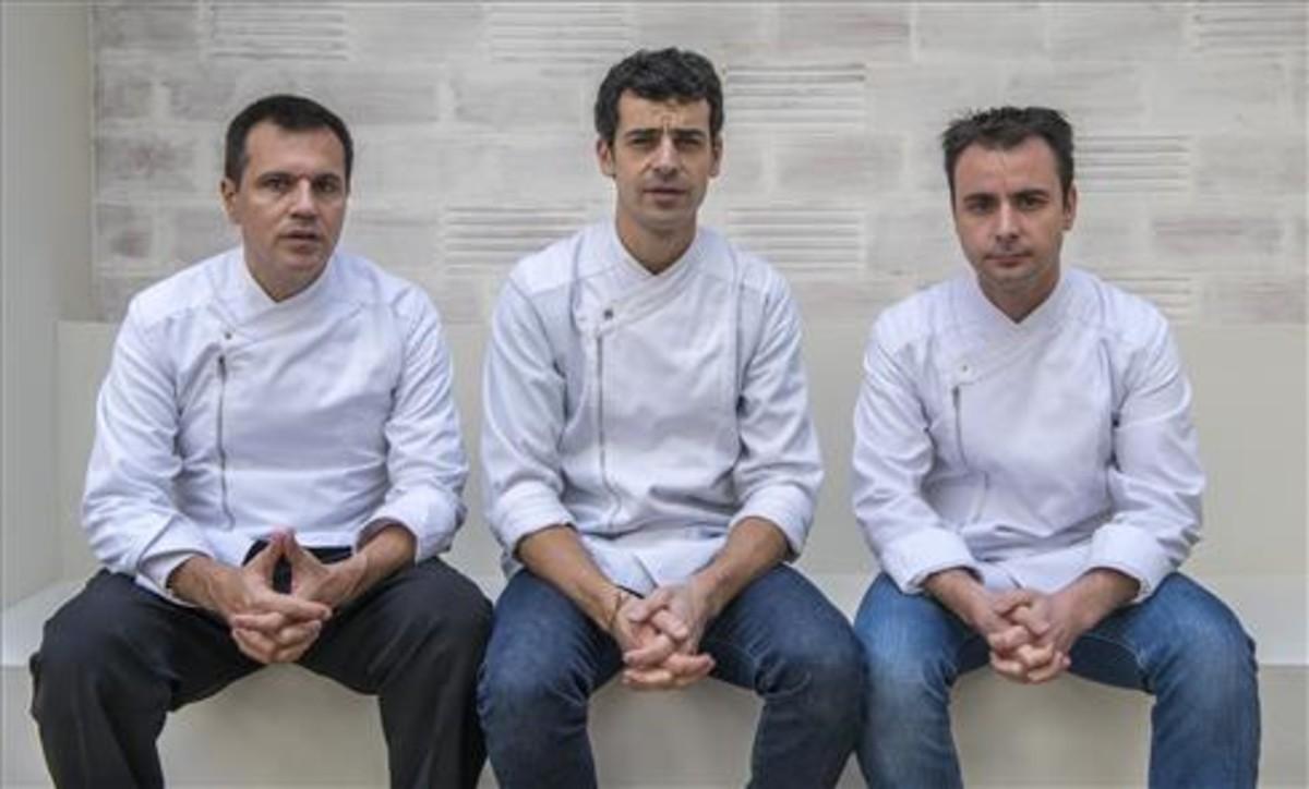 Oriol Castro, Mateu Casañas y Eduard Xatruch, en el restaurante Disfrutar. Foto: Ferran Sendra
