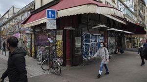 Una calle de París este martes con todos los bares cerrados.