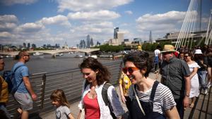 Londinenses paseando por el puente del Millenium, en Londres.