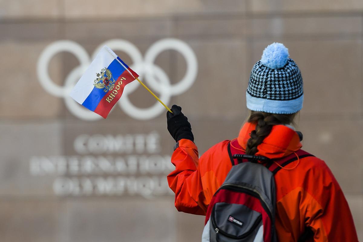 Una aficionada rusa, ante la sede del COI en Lausana.