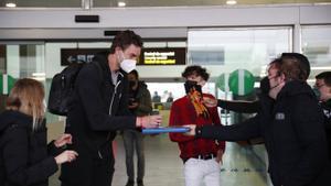 Pau Gasol firma unos autógrafos a su llegada al aeropuerto del Prat