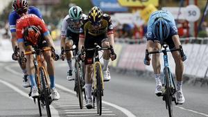 Ion Izagirre (de azul) supera a Pello Bilbao por milímetros, en la llegada de la cuarta etapa de la Itzulia.