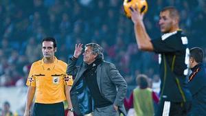 José Mourinho da instrucciones al equipo, ante Benzema, en el partido de ayer del Madrid en Almería.