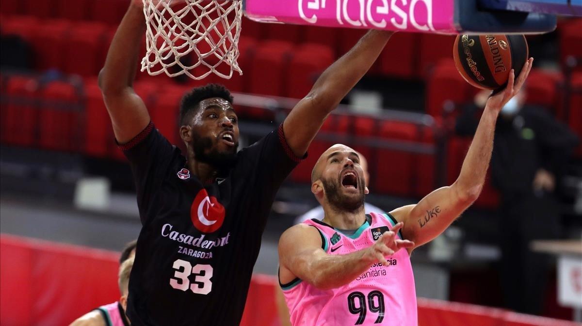 Calathes intenta anotar ante Thompson, este domingo en Zaragoza.