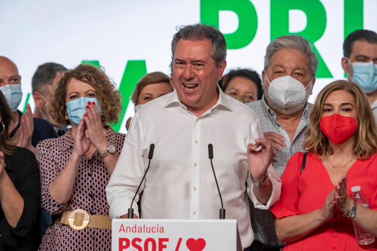 Juan Espadas gana las elecciones primarias del PSOE-A, con un apoyo del 55%. En la foto, Espadas celebra su victoria con su equipo en la sede regional del partido en Sevilla.