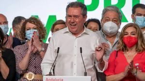 El alcalde de Sevilla y próximo candidato socialista a la Junta, Juan Espadas, celebra su victoria con su equipo en las primarias del PSOE-A, este 13 de junio en la sede regional del partido, en la calle de San Vicente de Sevilla.