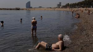 Bañistas en la playa de la Barceloneta el pasado día 14, cuando se registró también un aumento notable de las temperaturas.