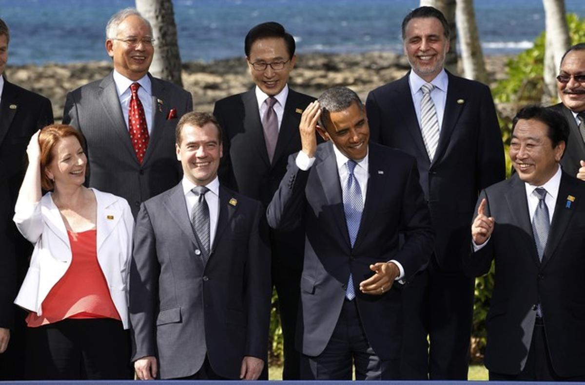 De izquierda a derecha, en primer fila, Julia Gillard (Australia), Dmitri Medvedev (Rusia), Barack Obama (EEUU) y Yoshihiko Noda (Japón), y en la segunda fila, Najib Razak (Malasia), Lee Myung-bak (Corea del Sur), Bruno Ferrari (Mexico) y Peter O'Neill (Papua Nueva Guinea), el domingo, durante la foto de familia.