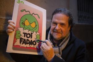Jordi Català posa junto a una imagen de su personaje.