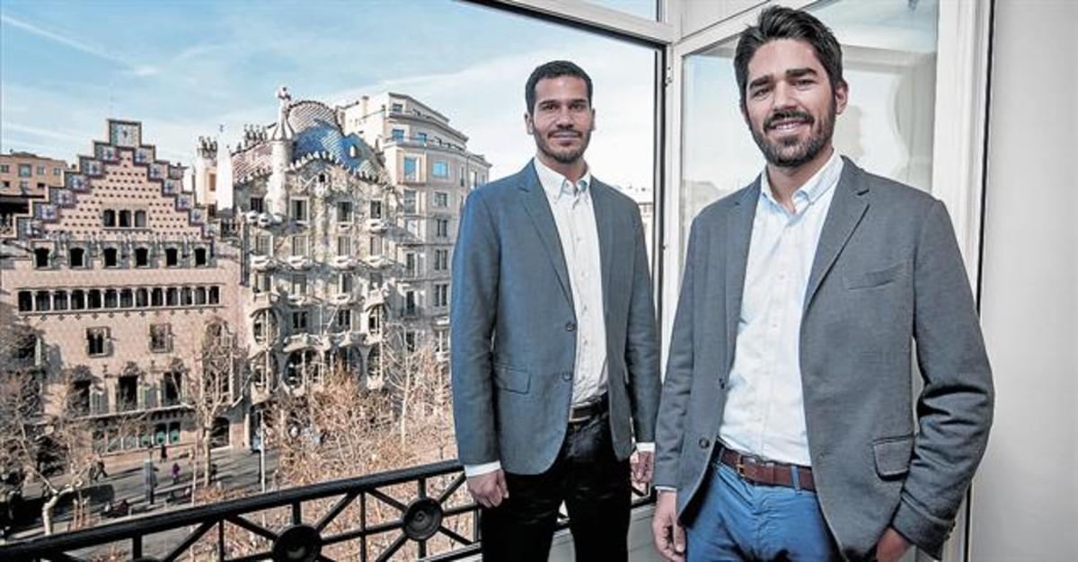 SATISFACCIÓN.Navajo y Mancía posan en las instalaciones del despacho en el paseo de Gràcia de Barcelona.