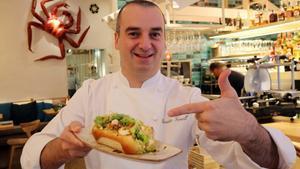 El cocinero Romain Fornell, con un bocadillo de bogavante en Casa Tejada.