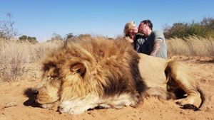 La polémica imagen del beso sobre el león cazado
