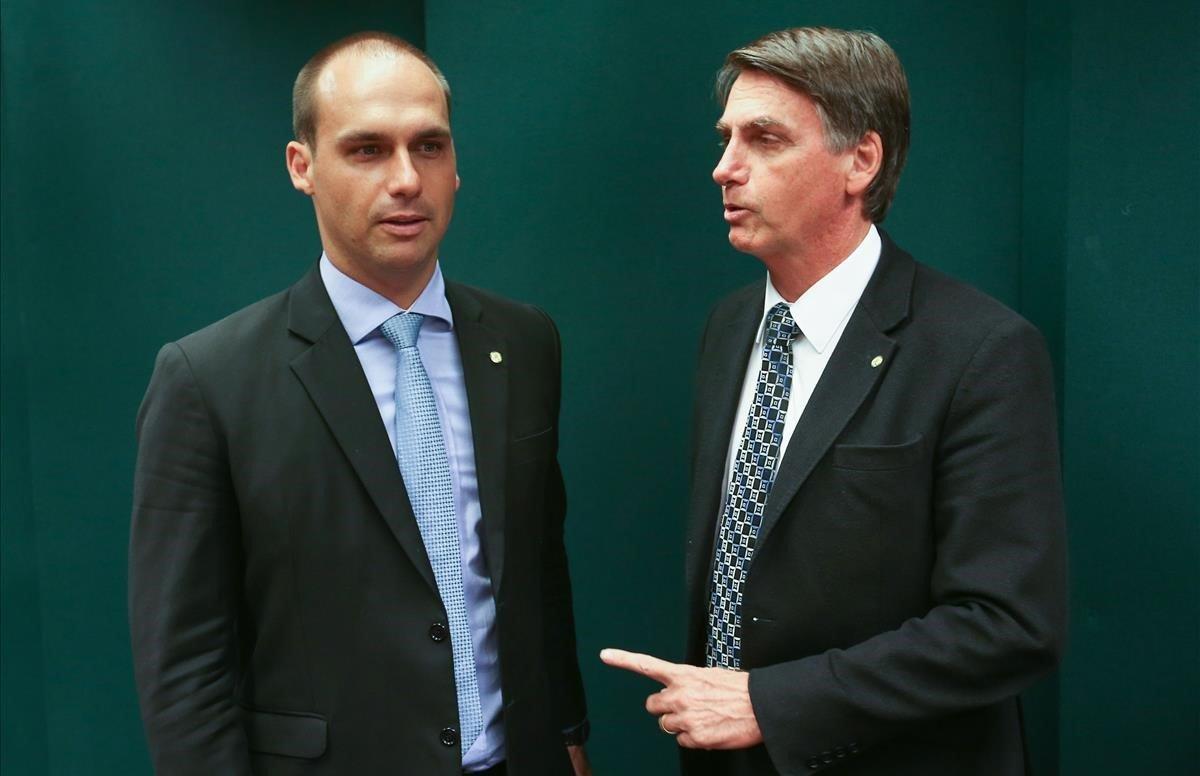 El presidente de Brasil, Jair Bolsonaro, y su hijo Eduardo.