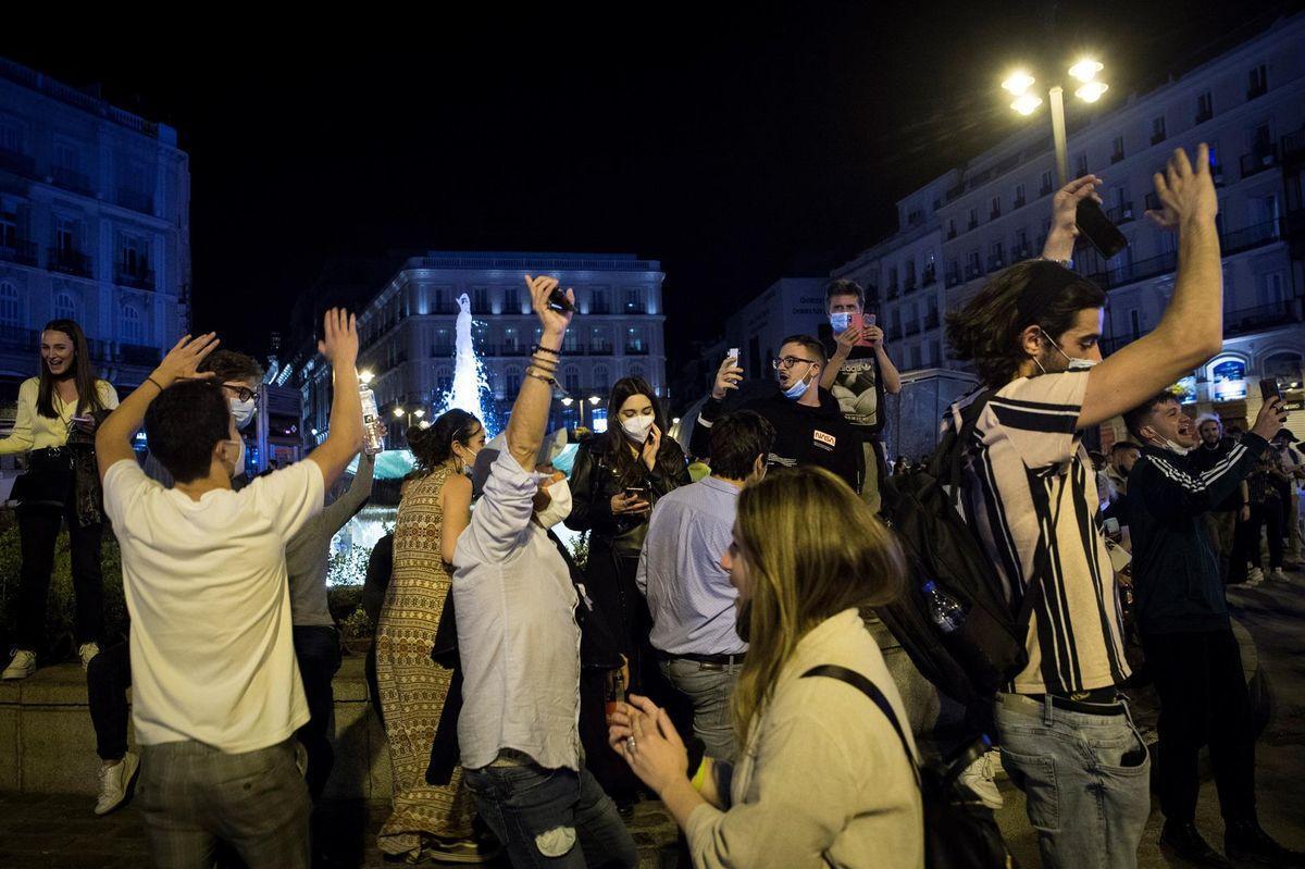 Ambiente en la Puerta del Sol de Madrid, tras el fin del Estado de alarma.