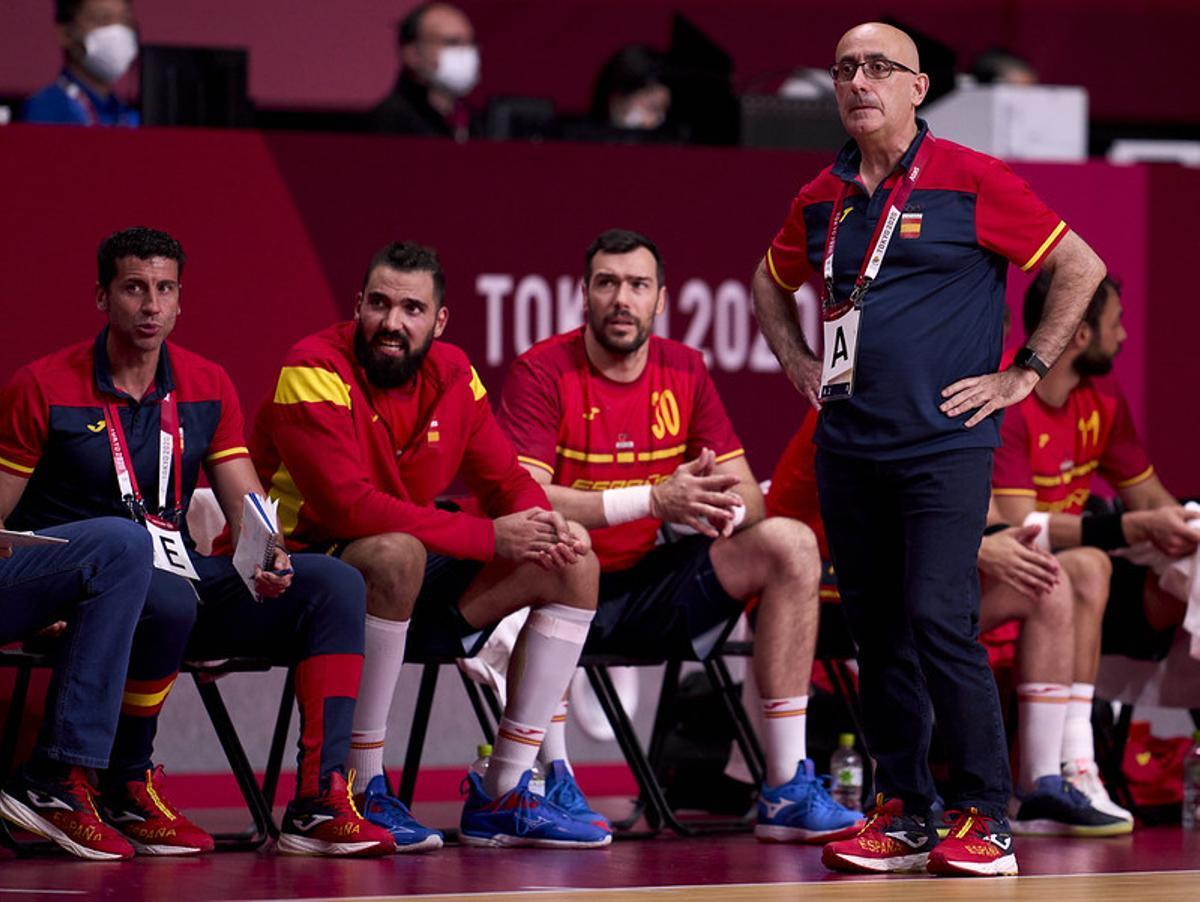 El técnico Jordi Ribera sigue la evolución de un partido de la primera fase de balonmano con Maqueda y Guardiola sentados