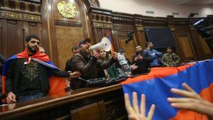 Manifestantes toman el Parlamento de Armenia.