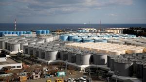 Tanques de almacenamiento de agua radiactiva en la central nuclear Fukushima Iparalizada por el tsunami en la ciudad de Okuma, Japón