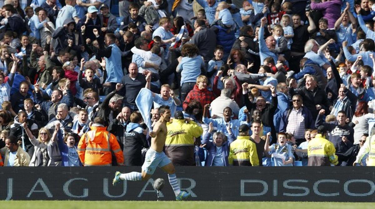 Sergio Aguero celebra el gol de la victoria frente al QPR que ha dado a su equipo el título de la Premier League.