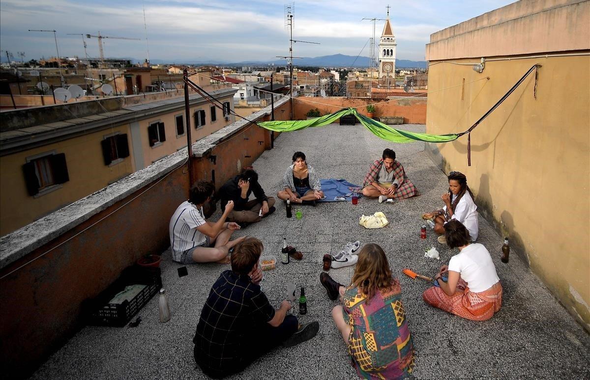 Estudiantes universitarios comparte un aperitivo en la terraza de susapartamentos en el distrito de la Universidad de San Lorenzo.